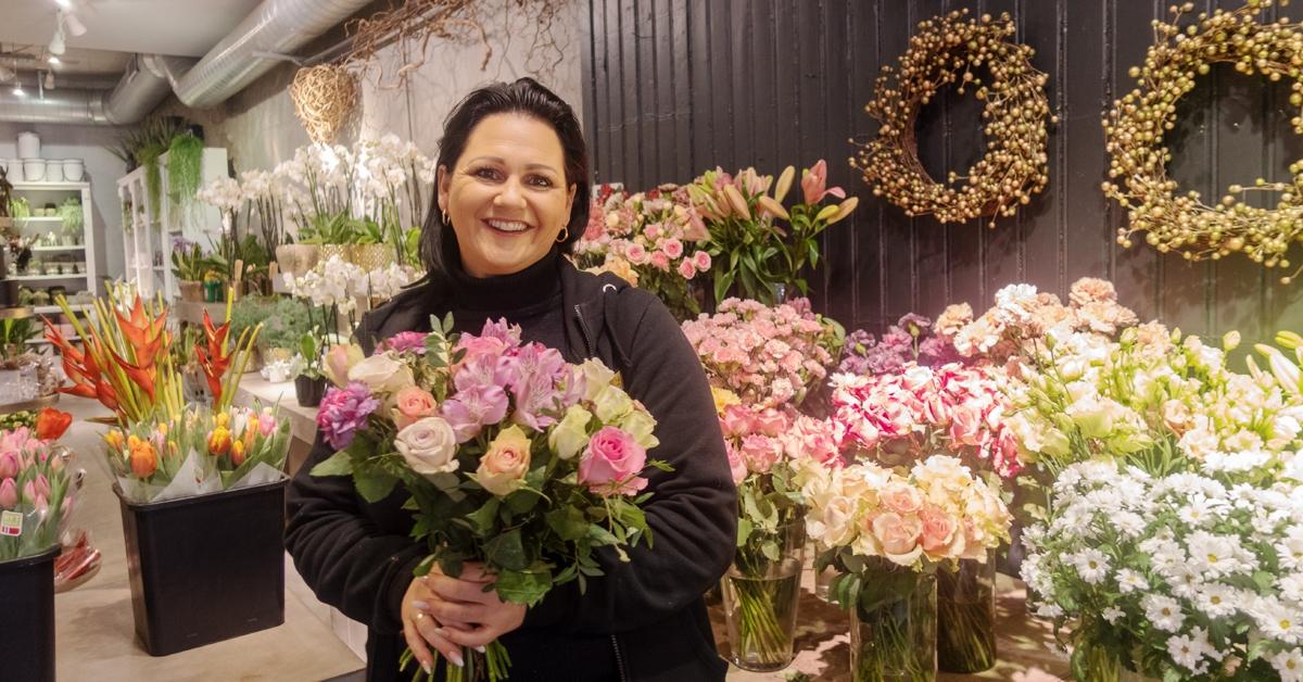 BLOMSTERPIKEN: Elisabeth Heiervang Eikrem, eier og daglig leder av BlomsterGården AS, sier at det alltid er kjekt å få kundene inn i butikken for å kunne hjelpe dem best mulig.