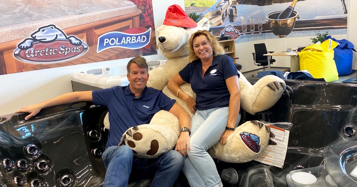 BOBLENDE GLADE: Frank og Lisbeth Vedeld er takknemlige for hvordan denne våren har vist seg å bli for Polarbad Vest.