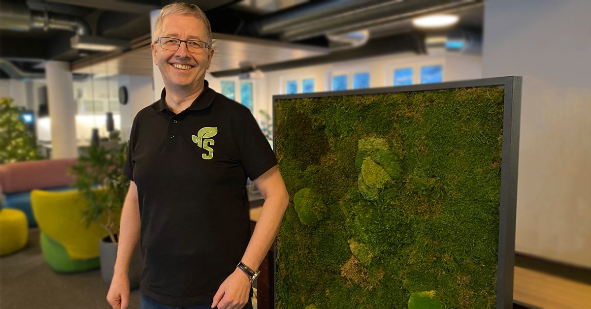Daglig leder for Safari Planter, Sigbjørn Furmyr, får frem det beste i kontorlandskapet ved å sette sitt eget grønne preg på omgivelsene. Her i sine egne omgivelser hos YOYN Cowork.