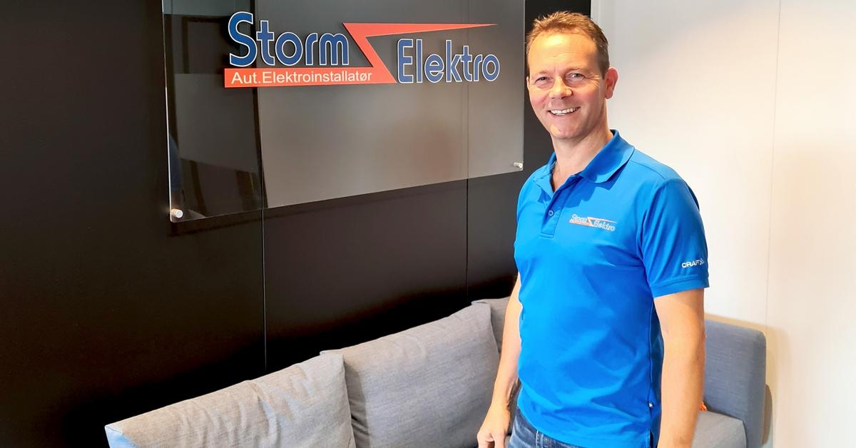 Eier og daglig leder John Henry Holtet i de flotte lokalene til Storm Elektro Vest i Breivika.