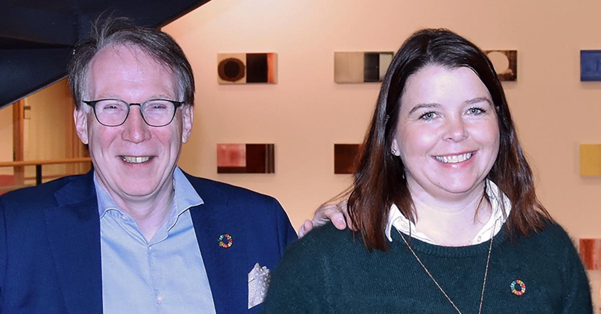 Gunnar Hareide, administrerende direktør i Tafjord Marked, og Camilla Blom, leder for Tafjord Strøm Bedrift, peker på viktigheten av å være delaktig i og støtte opp om regionsbyggende arenaer som B2B ARENA og MøreBørsen.